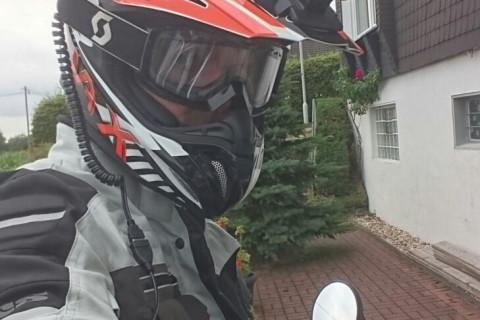 Motorradfahrer mit OM3u am Helm