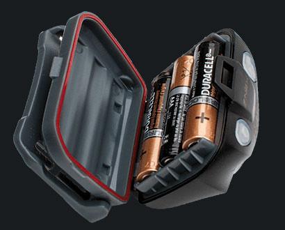 Stirnlampe Nitestrøm mit geöffnetem Batteriefach