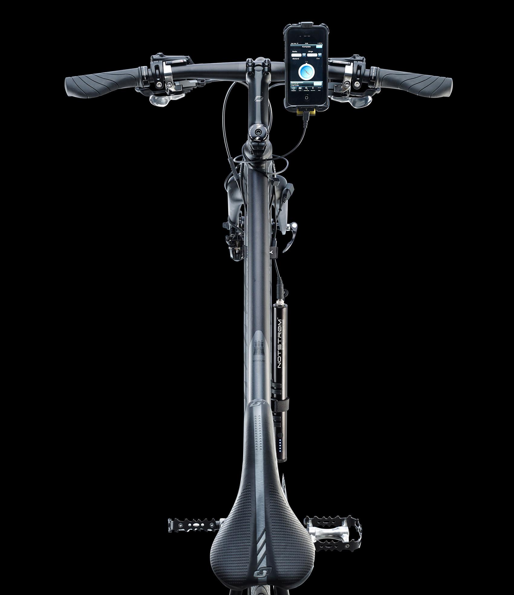 Fahrrad mit staubichtem Notstrøm USB-Ladegerät aus der Vogelperspektive mit Smartphone am Lenker