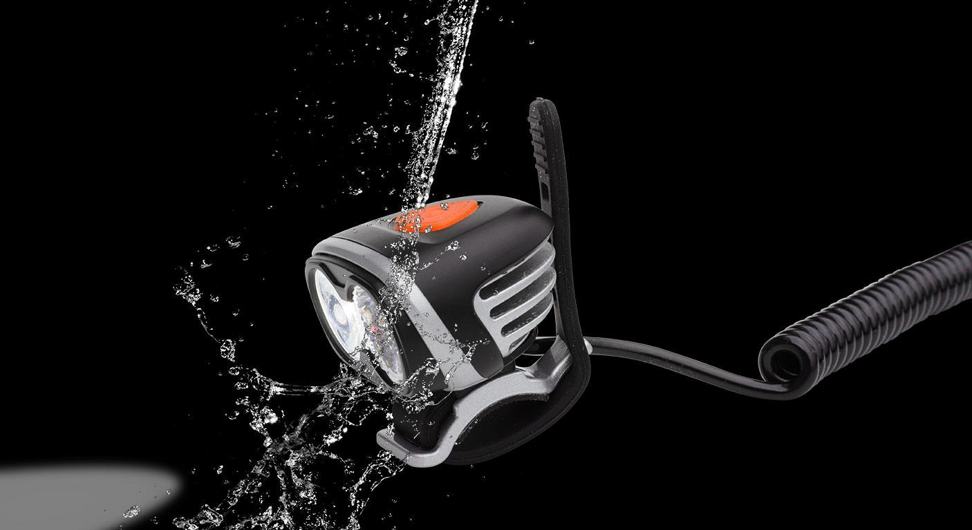 Angeschaltete ØM3 Helm und Outdoorlampe mit Wasserstrahl