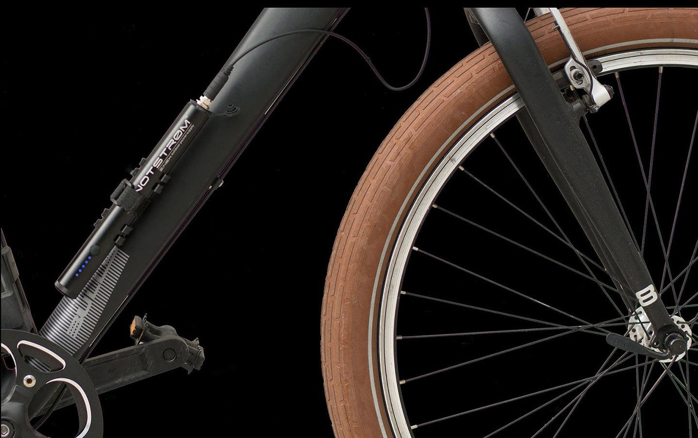 Bike Powerbank Notstrøm XT mit Halterung am Unterrohr eines Fahrrads montiert