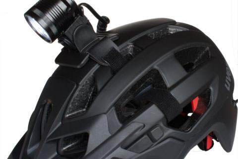 OM3 Lampe erste Version auf schwarzem Fahrradhelm