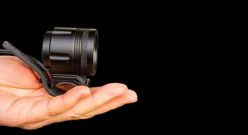 Helmlampe ØM3 in der Hand